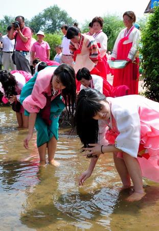 """朝鲜族的传统节日""""流头节"""".黑龙江省宁安市的众多朝鲜族群"""